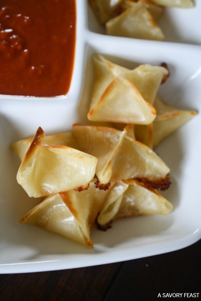 Mozzarella Wontons // This appetizer is so easy to make! Just 3 ingredients and a few minutes and they will be ready for a party.
