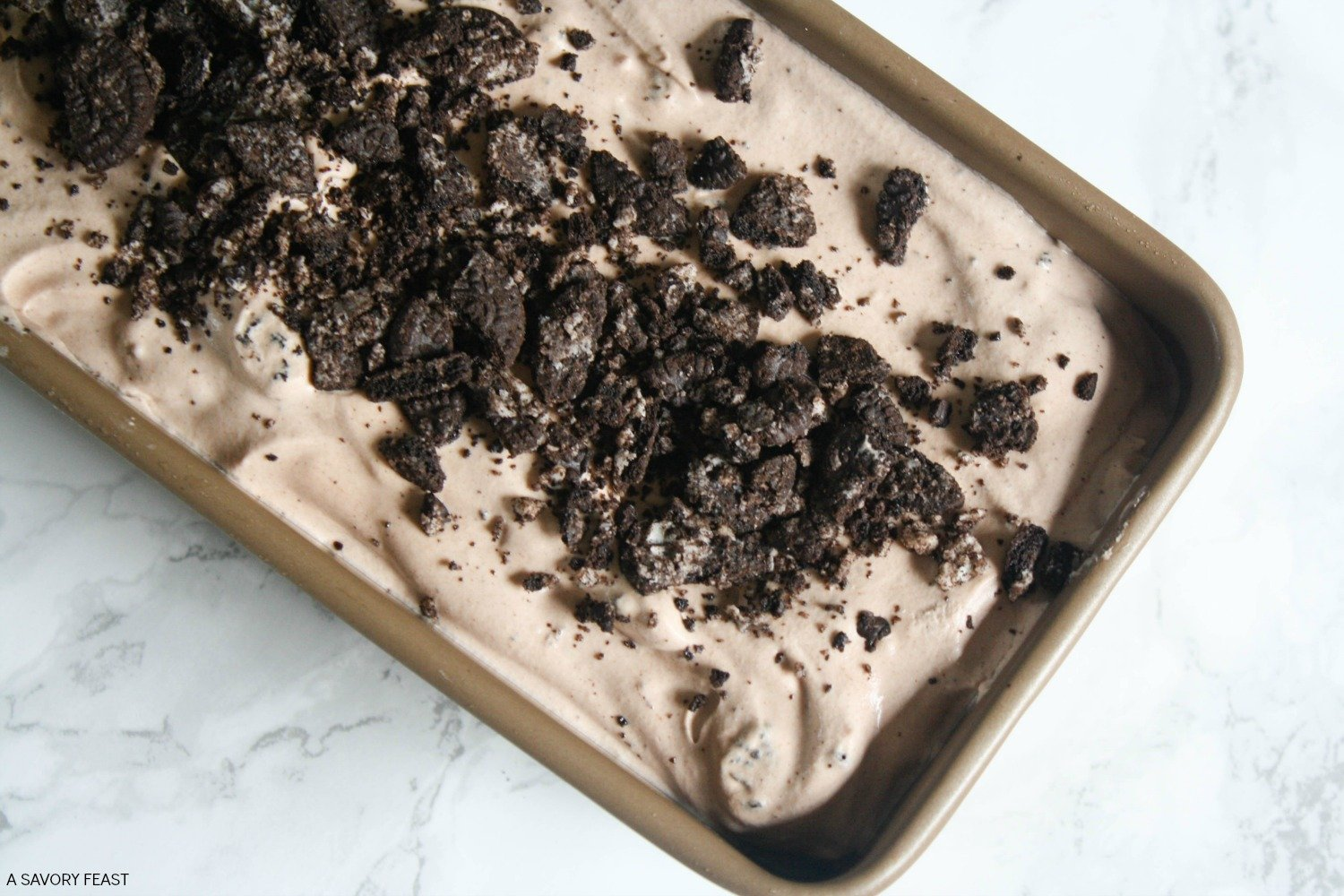 Have you tried no churn ice cream yet? It's so easy to make without a machine! This Chocolate Cookies 'n Cream No Churn Ice Cream is a rich, creamy treat that any chocolate lover will go crazy for.