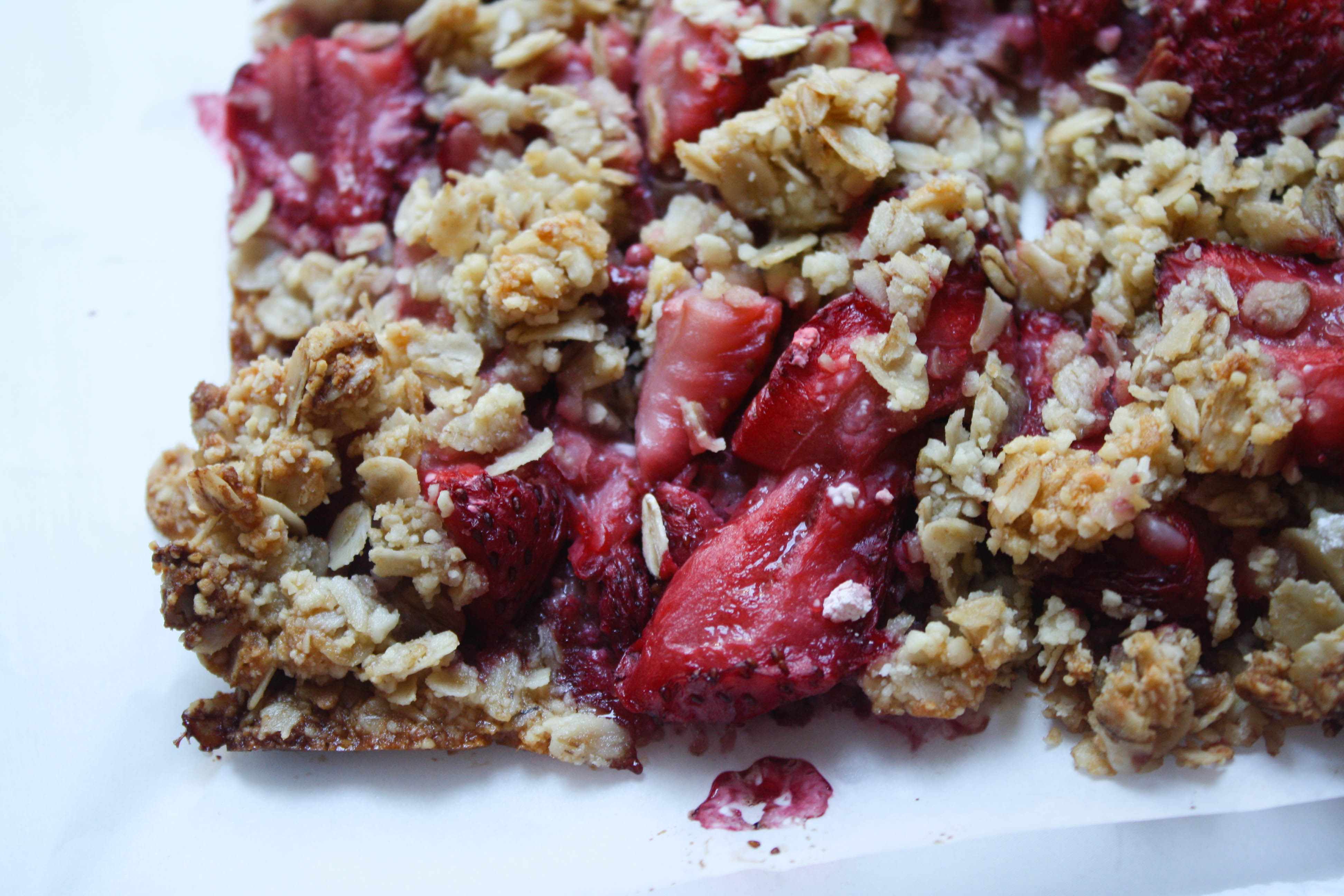 You've got to try this sweet but healthy snack! These Strawberry Oat Bars are made with real fruit and sweetened with honey for a yummy, sugar free snack.