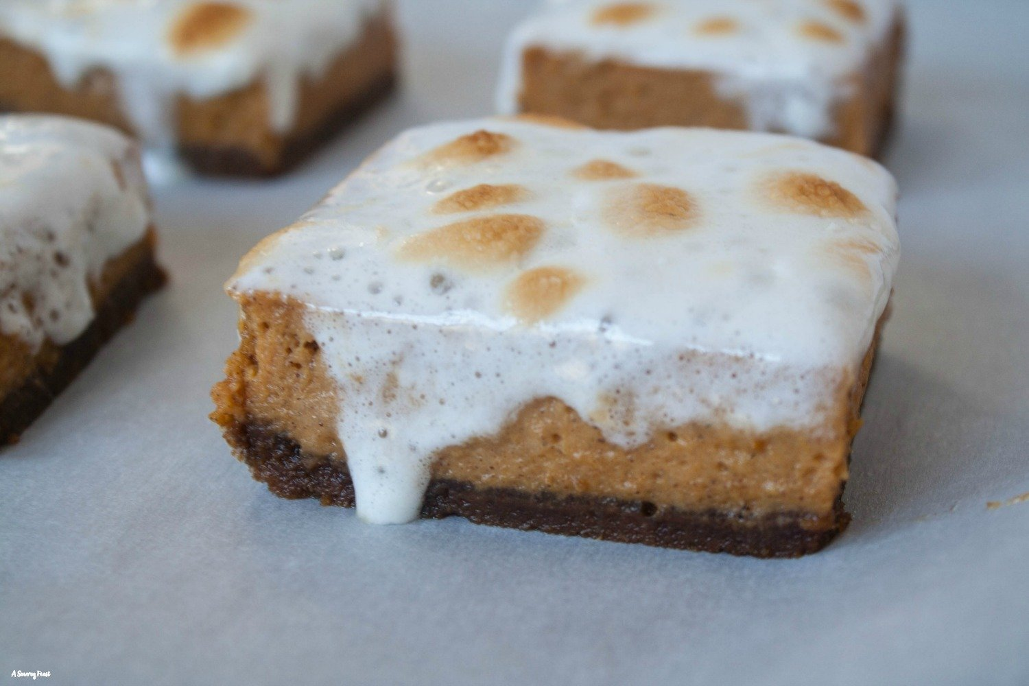 Need a new pumpkin recipe to try this Fall? Marshmallow Pumpkin Pie Bars with Gingersnap Crust