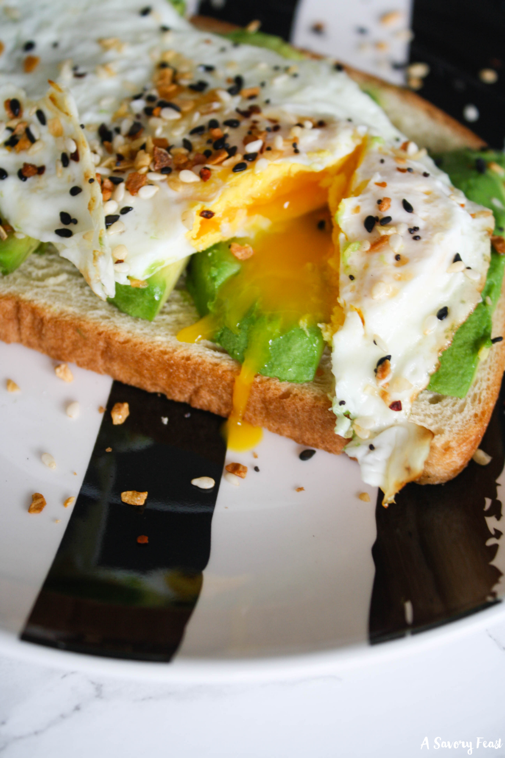 Obsessed with avocado toast? Take it to the next level with this recipe! A tasty breakfast that you can make in 10 minutes, Everything (but the bagel) Egg and Avocado Toast will be your new go-to.